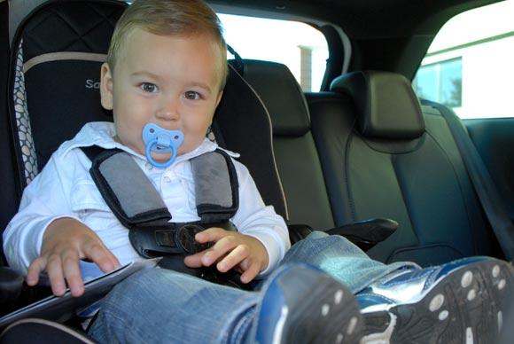 Cómo sentar niños en un auto