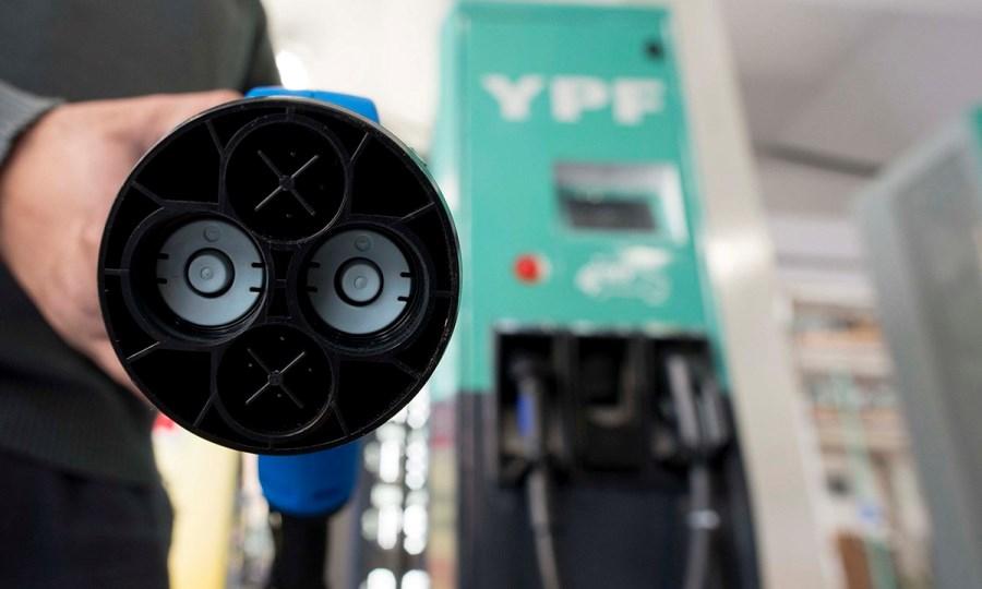 YPF-instalo-los-primeros-surtidores-electricos-del-pais-2
